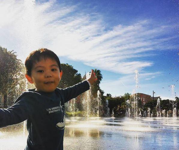 フランス・ニースのマセナ広場。11月なのに水遊び