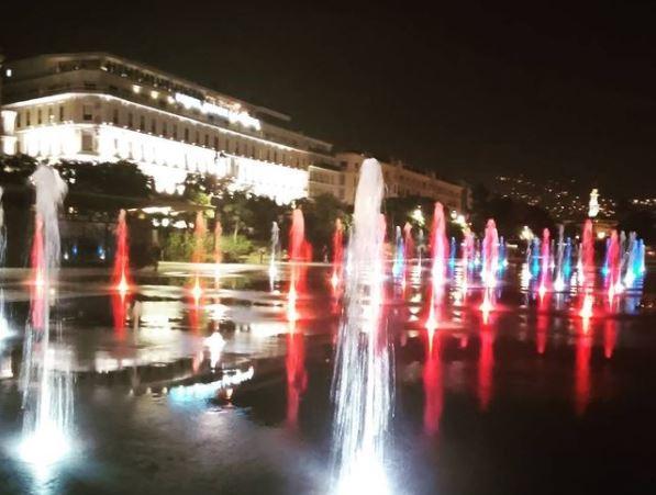夜のマセナ広場の噴水。トリコカラーでライトアップ
