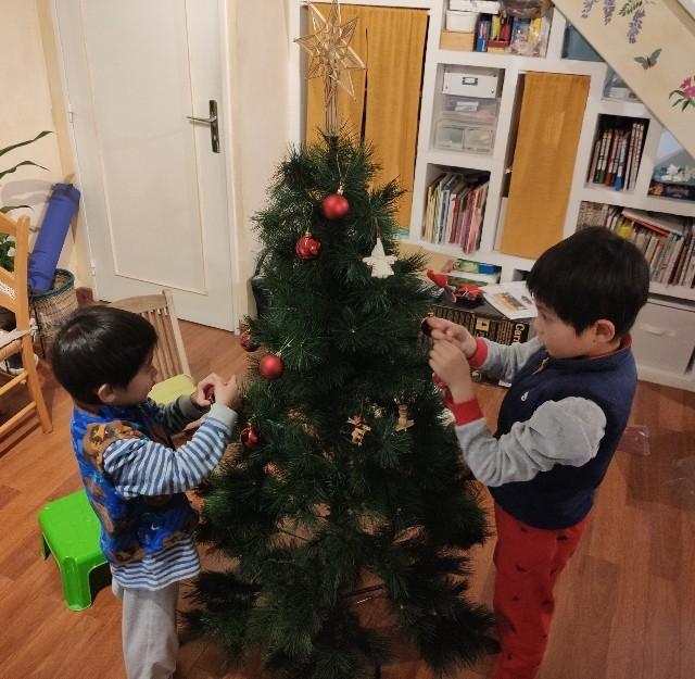 今年もクリスマスツリーの飾り付け。同じオーナメントですが