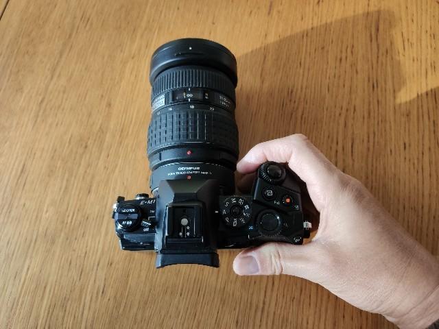 E-M1+広角ズーム(ZUIKO 11-22mm)。ちょうど握りやすい大きさ