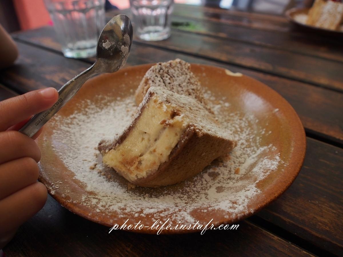 チェスキークルムロフのカフェでケーキ休憩