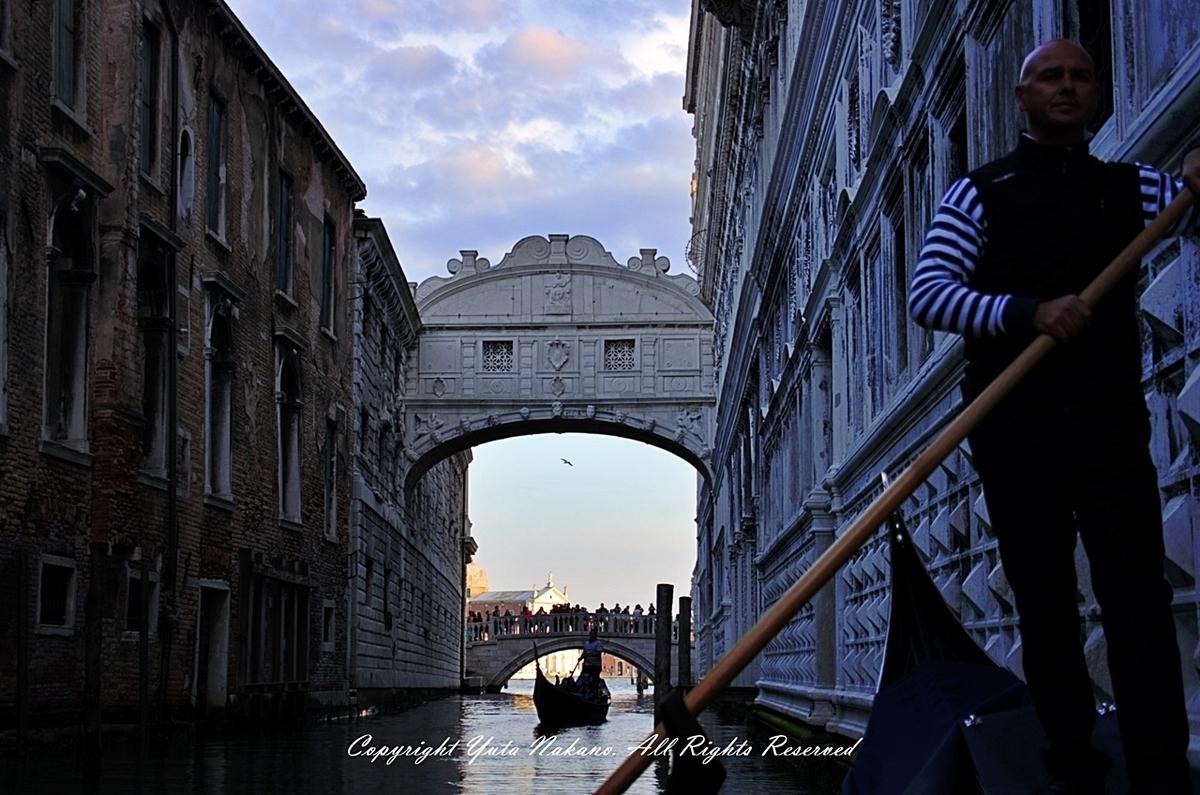 ヴェネツィア:ゴンドラから見た溜息の橋