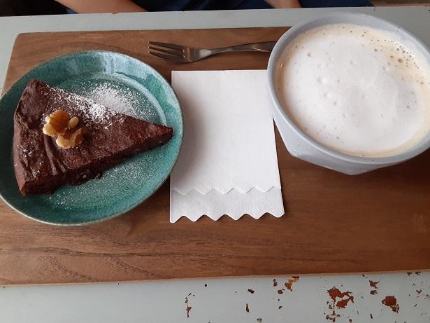 ガトーショコラとカフェラテの写真