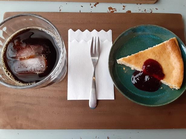 ベイクドチーズケーキとアイスコーヒー