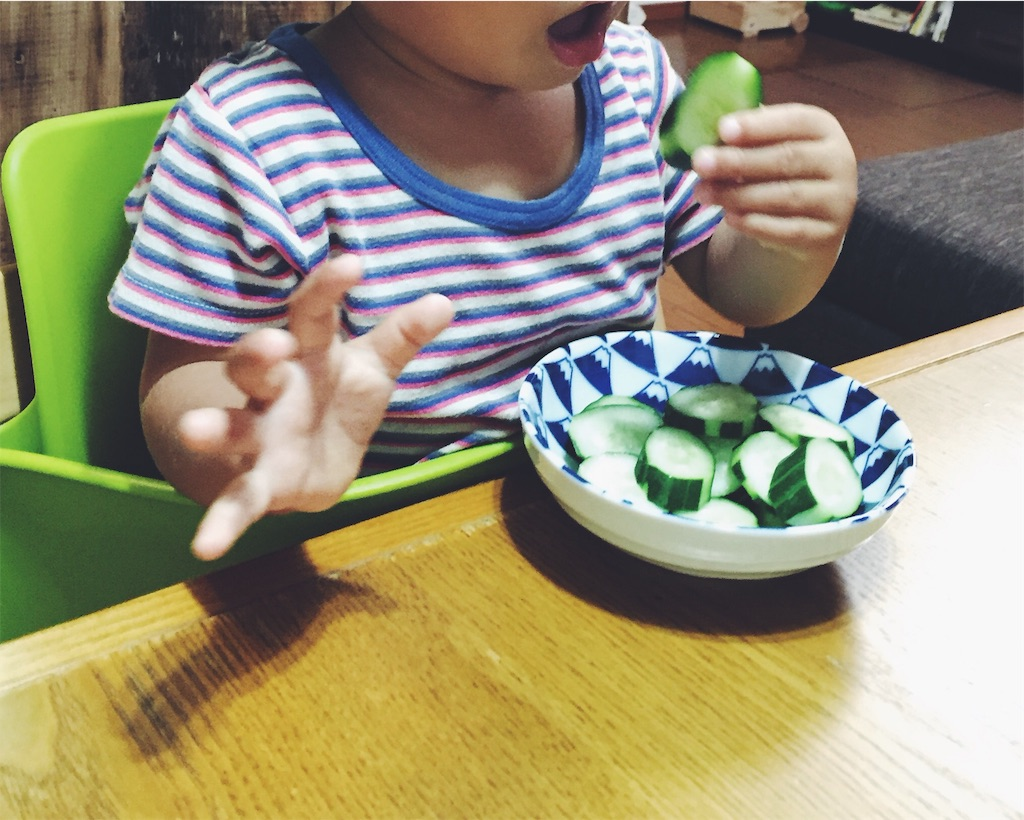 きゅうりを食べる子ども