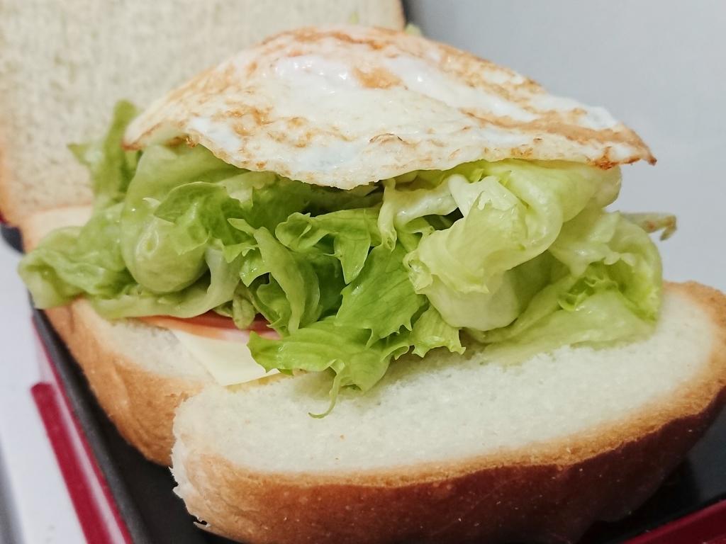 パンの上にハム、チーズ、レタス、たまご