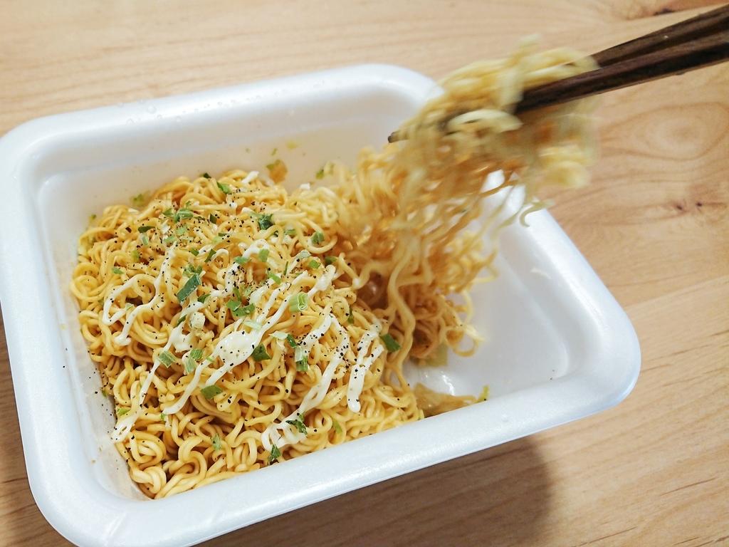 一平ちゃん すだちポン酢マヨ醤油味 箸で食べる様子
