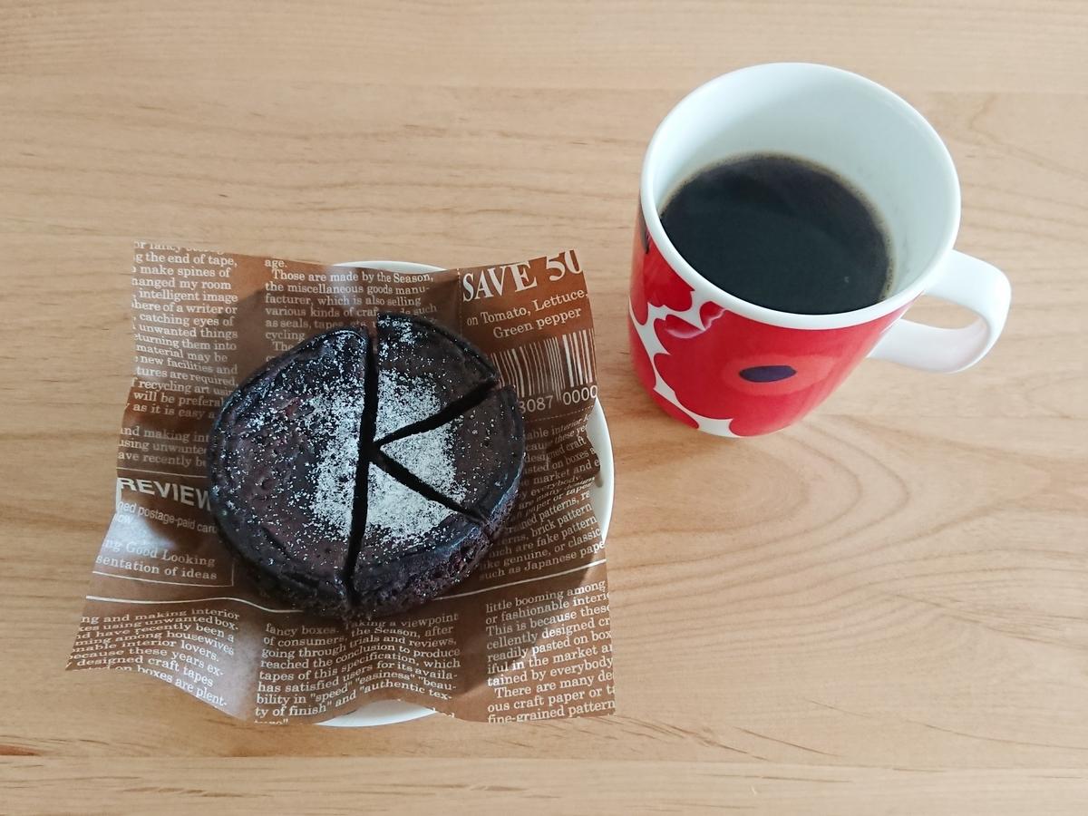 カットしたチョコレートケーキ コーヒー