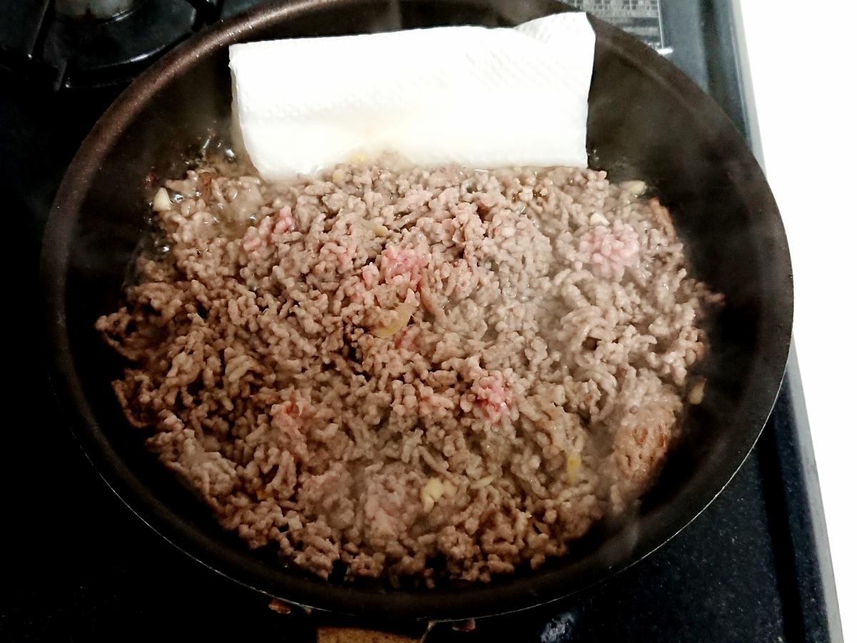 フライパンでミンチ肉を炒め中