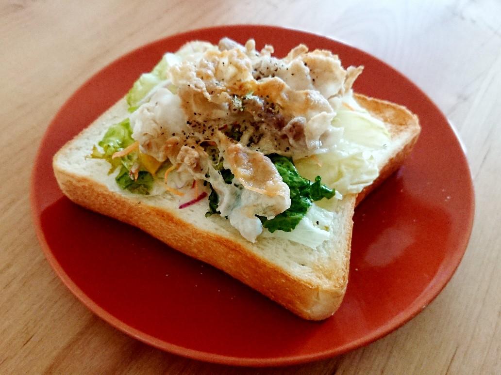 食パンの上に野菜と豚肉