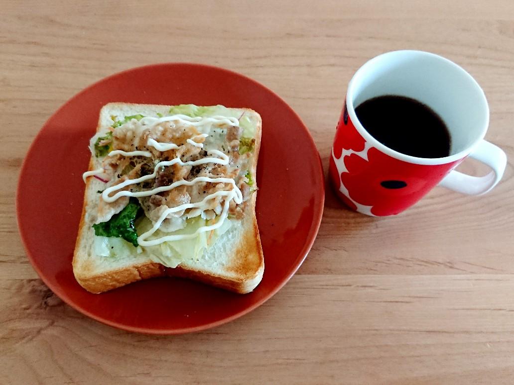 コーヒー 食パンの上に野菜と豚肉