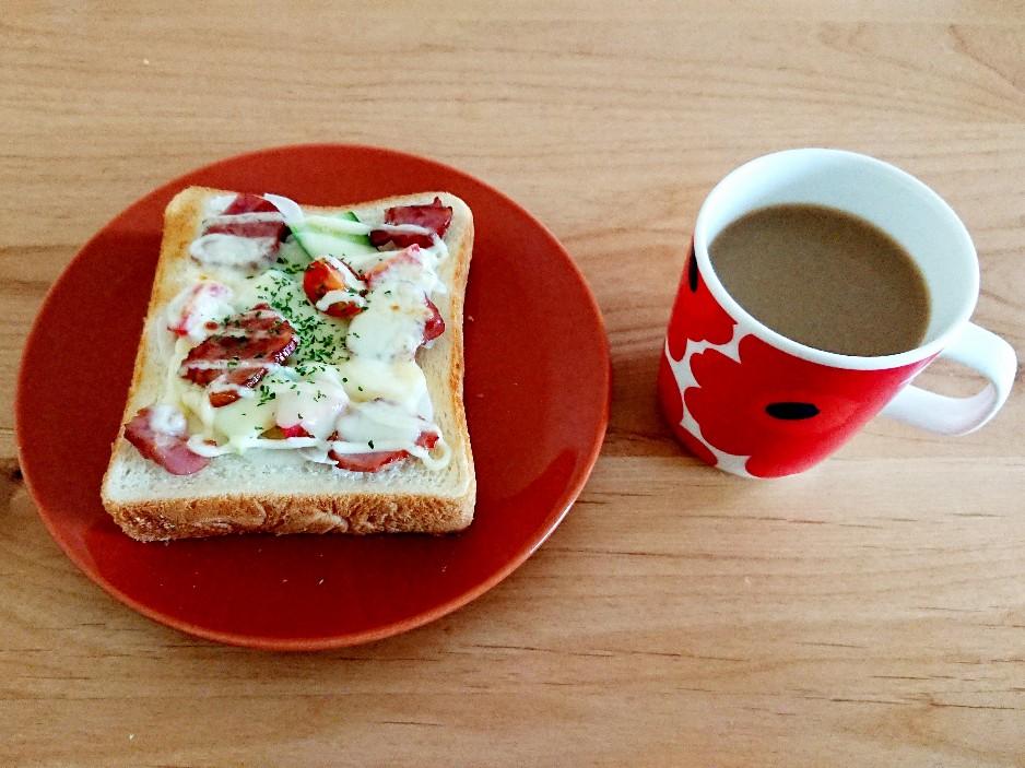 ベーコンチーズ食パンとコーヒー