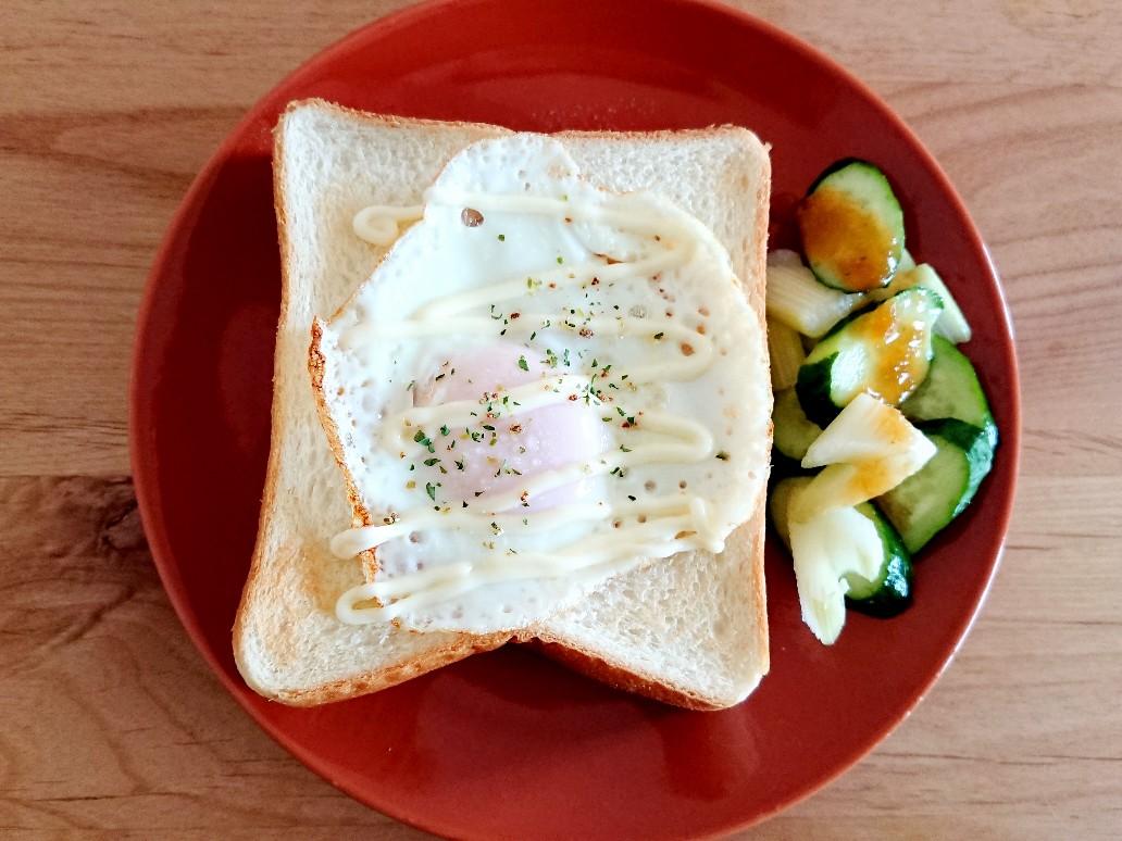 目玉焼きが乗った食パンとサラダ