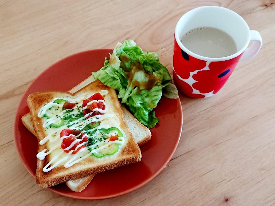 ピザトーストとサラダとミルクコーヒー