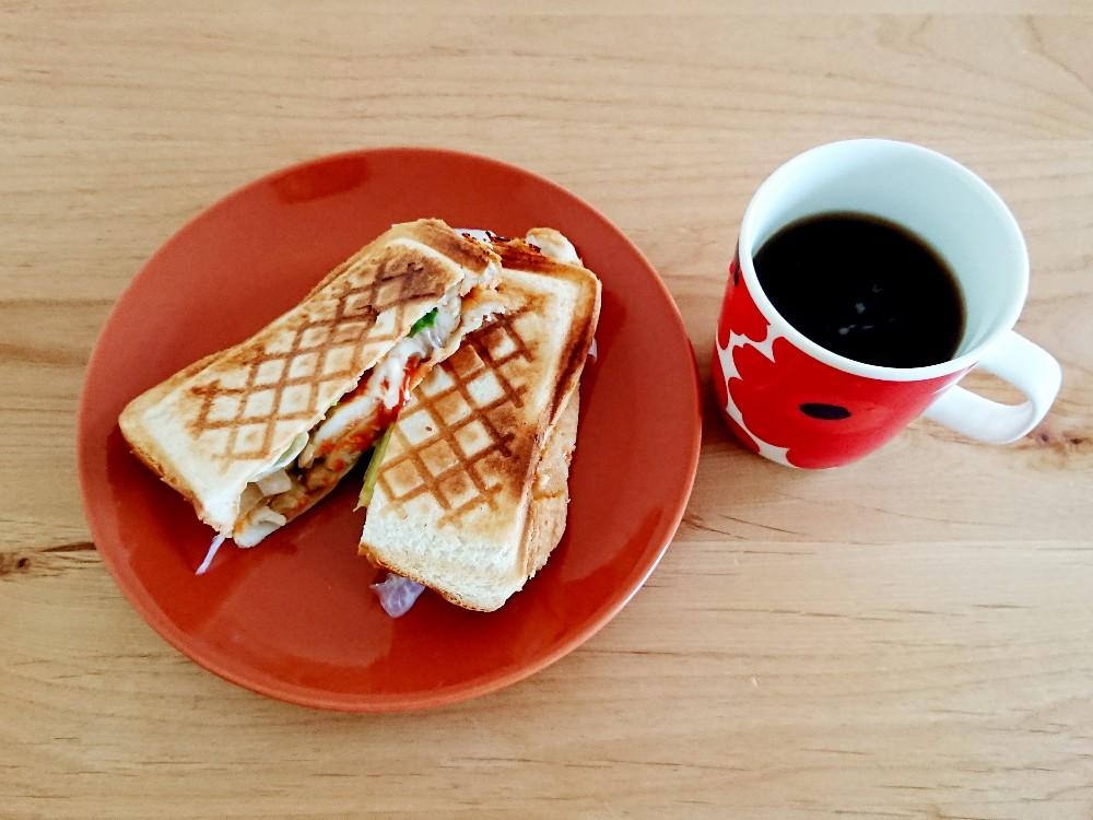 コーヒーと鶏チーズホットサンド