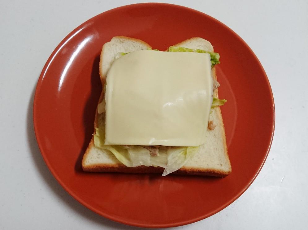 食パンの上に具材とチーズ