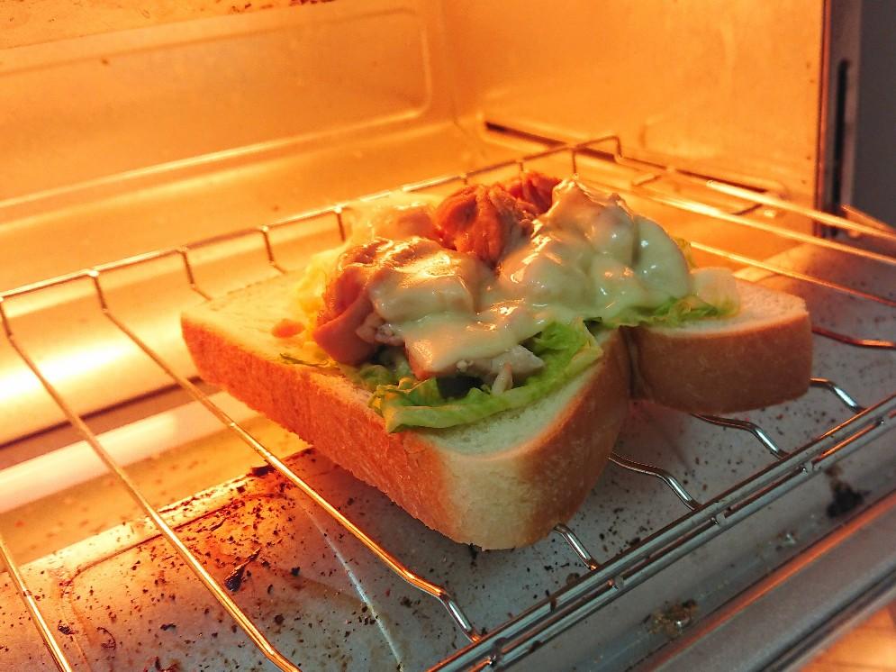 トースターでパンを焼いている