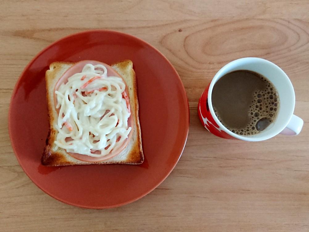 コーヒーとスパゲッティサラダトースト