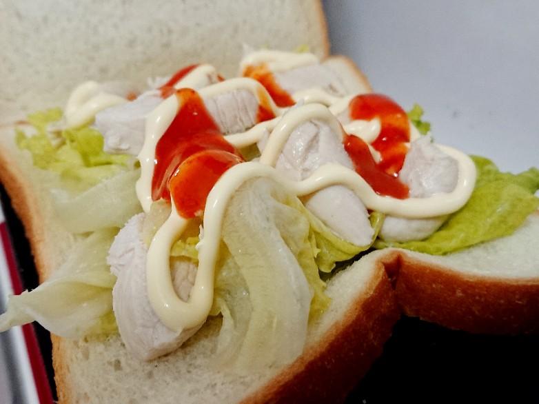 食パンの上にレタス、鶏肉