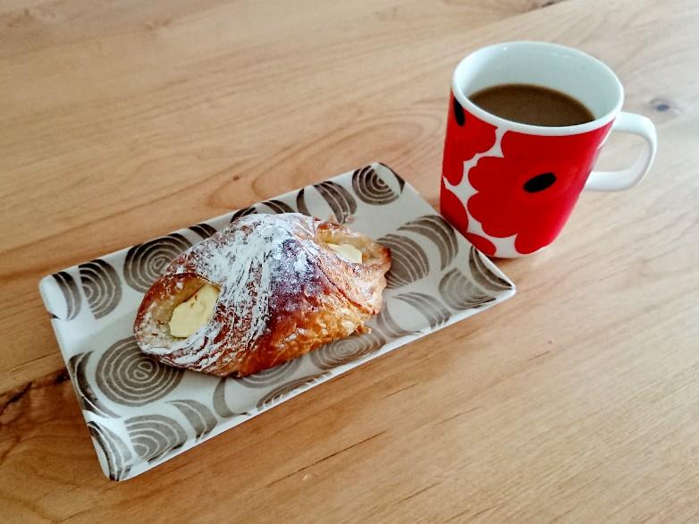 カスタードデニッシュとコーヒー