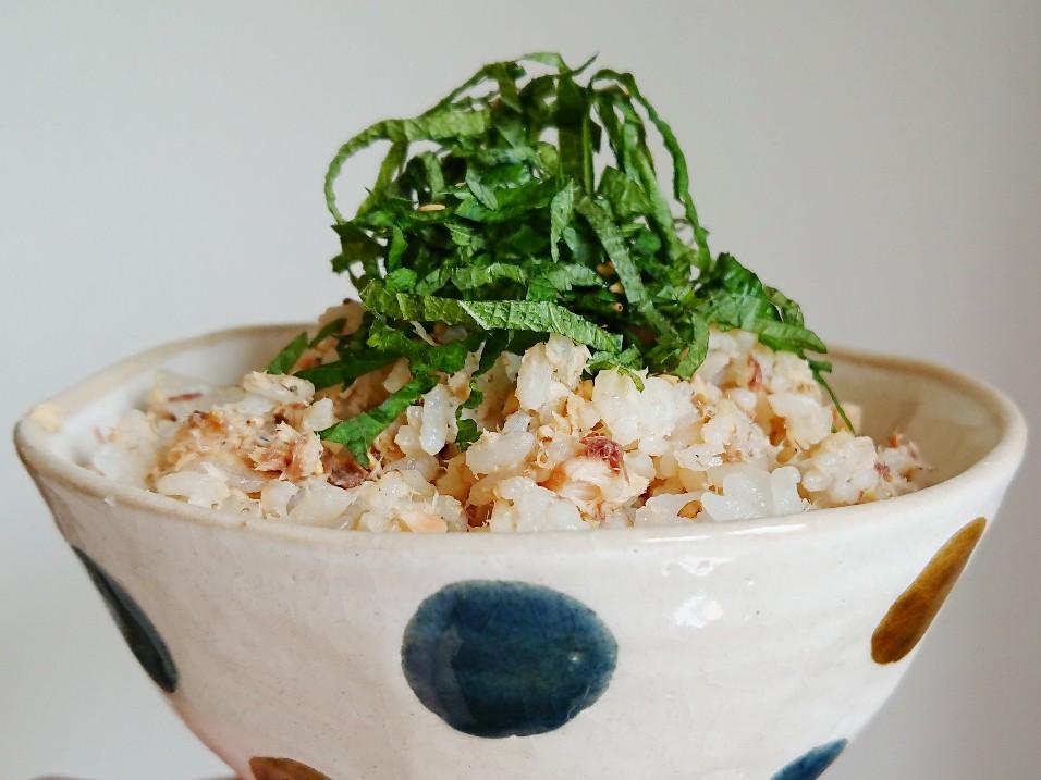 大葉が乗った鯖の混ぜご飯