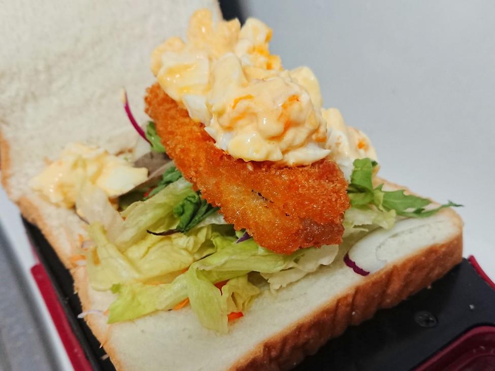 パンの上に白身魚のフライとタルタルソース