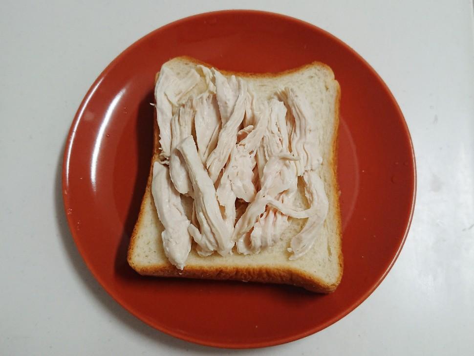 食パンの上に鶏ムネ肉