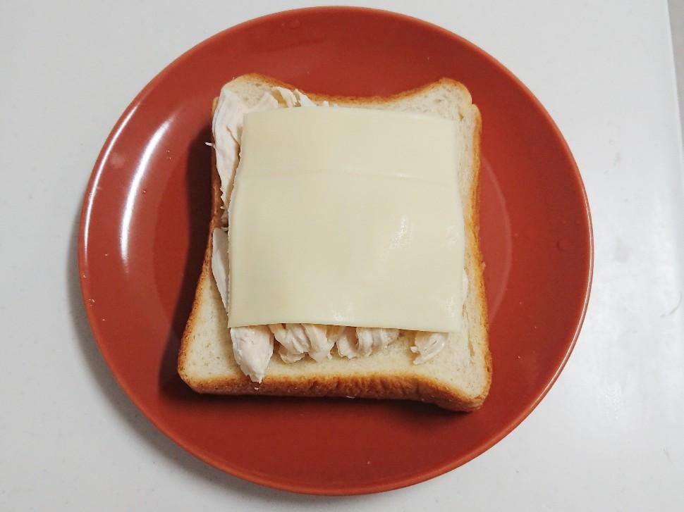 食パンの上に鶏ムネ肉とチーズ