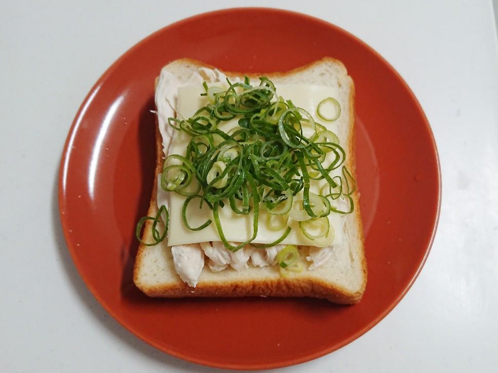 食パンの上に鶏ムネ肉とネギチーズ