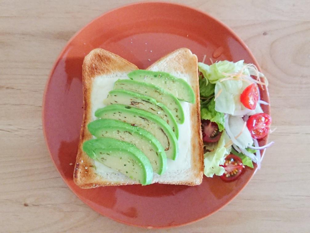 アボカドトーストとサラダ