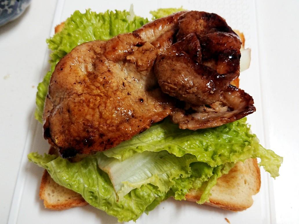 食パンの上にレタスと豚肉