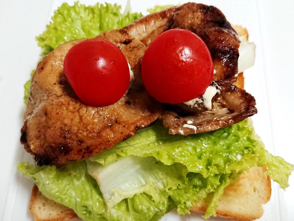 食パンの上にレタスと豚肉とトマト