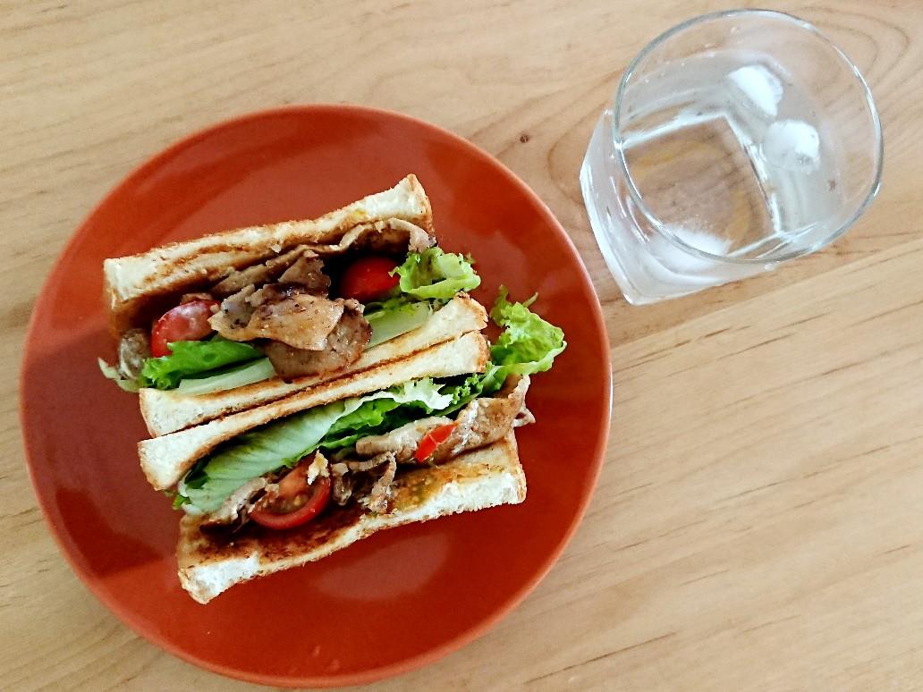 水と豚ロースサンドイッチ