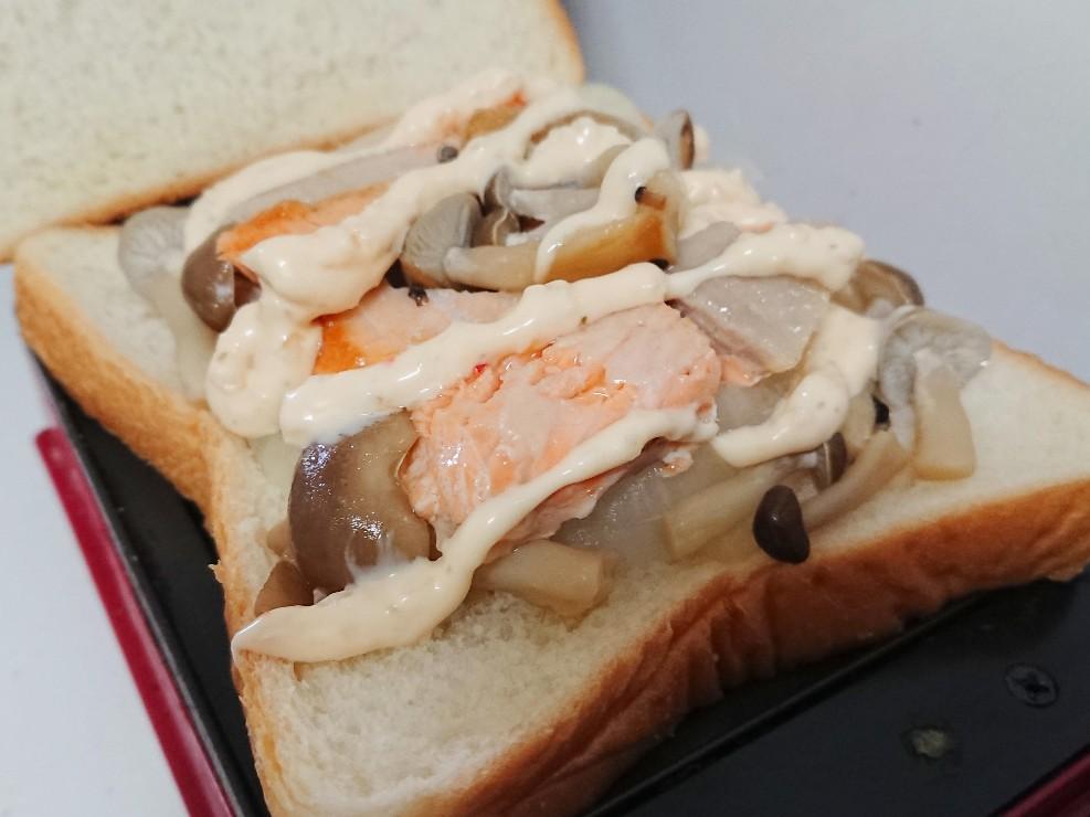 パンの上にきのこと鮭とタルタルソース