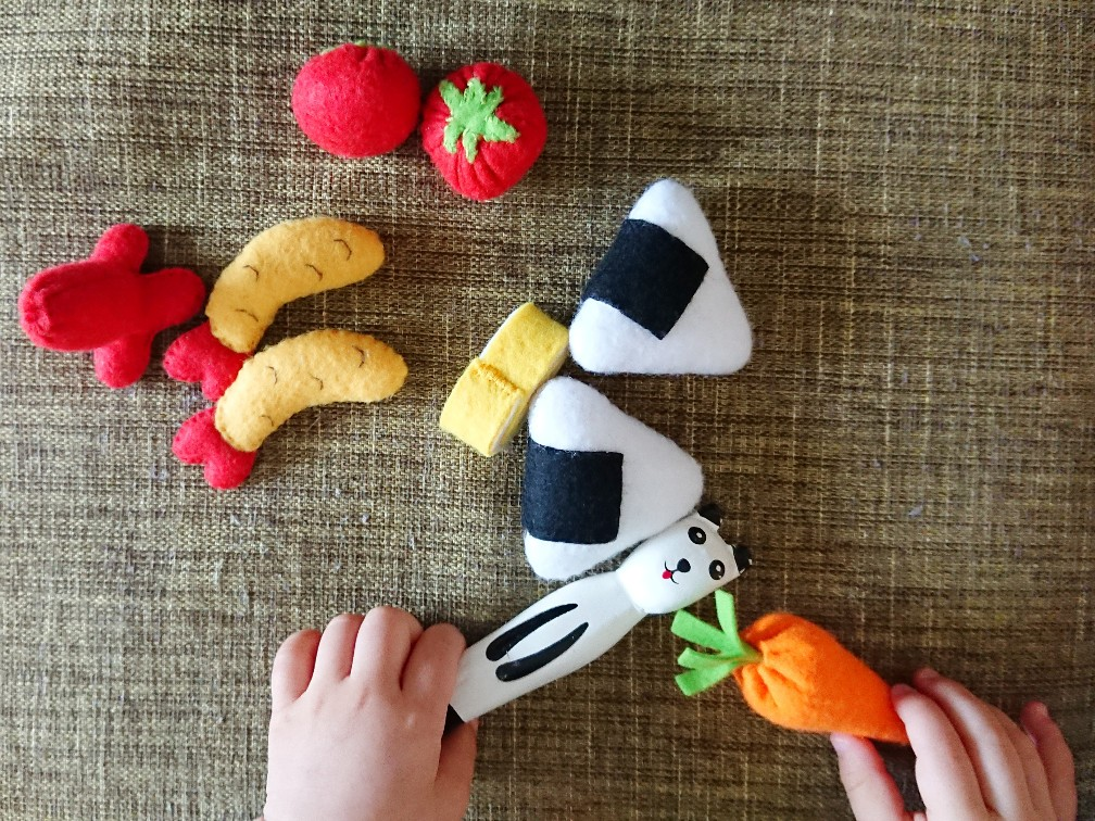 フェルトで作った食べ物で遊ぶ子供