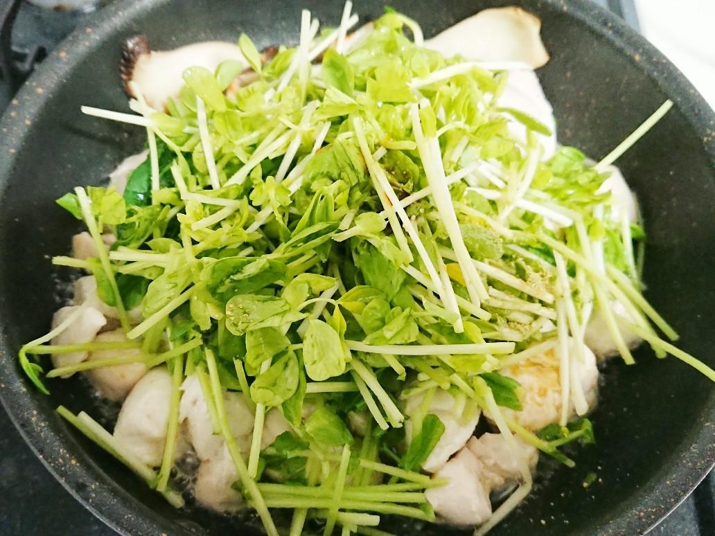 ささみと野菜をフライパンで炒め中
