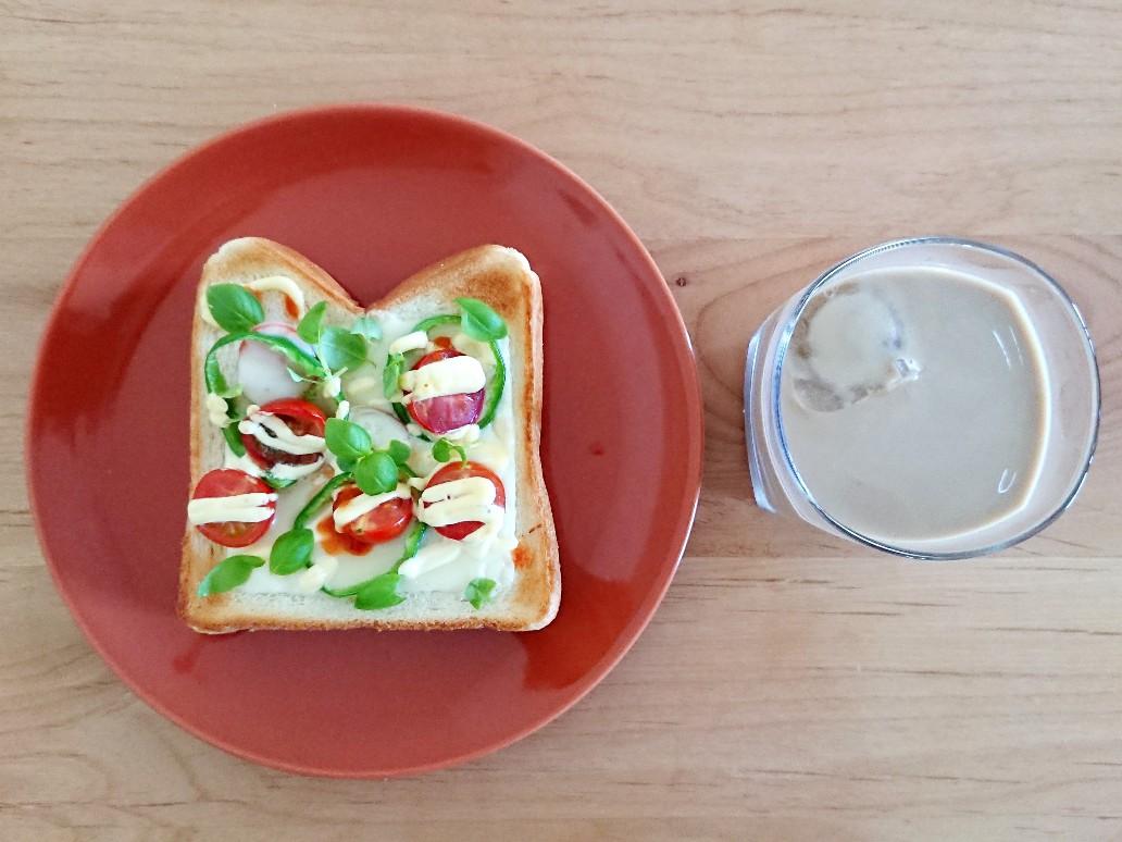 バジルトマトチーズトースト