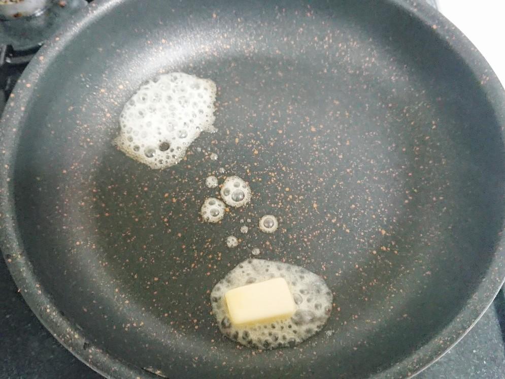 フライパンの上に溶けたバター