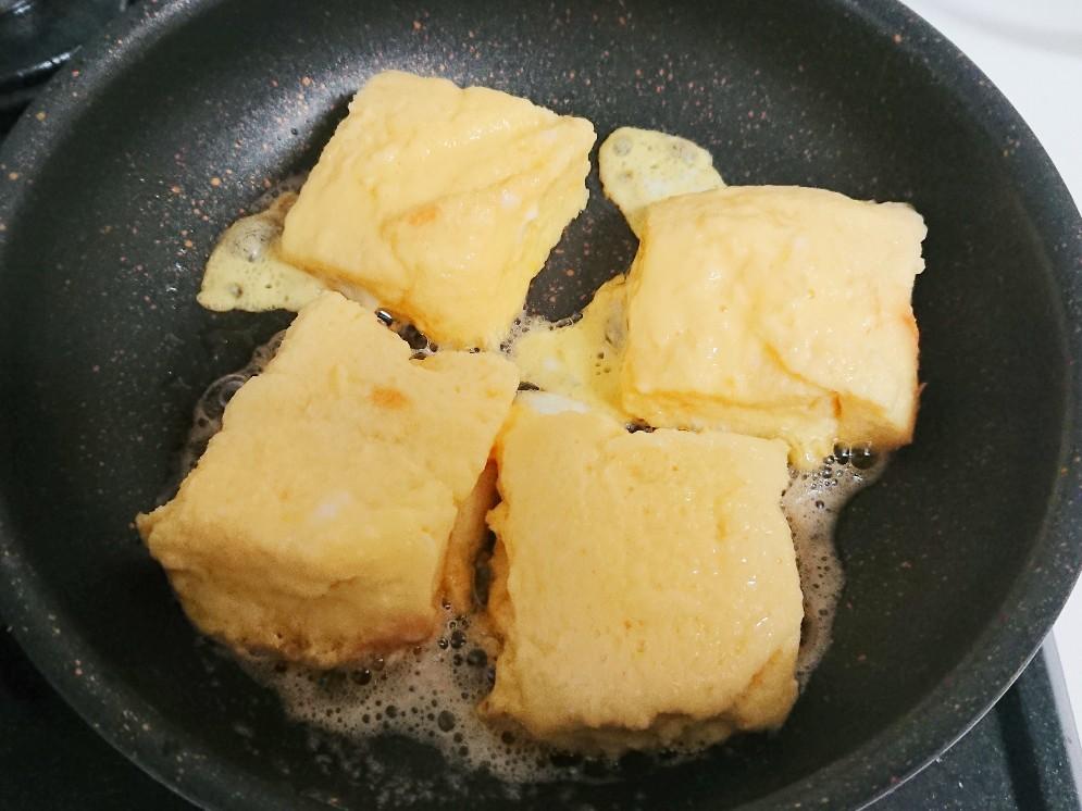 フライパンの上に卵液に浸した食パン