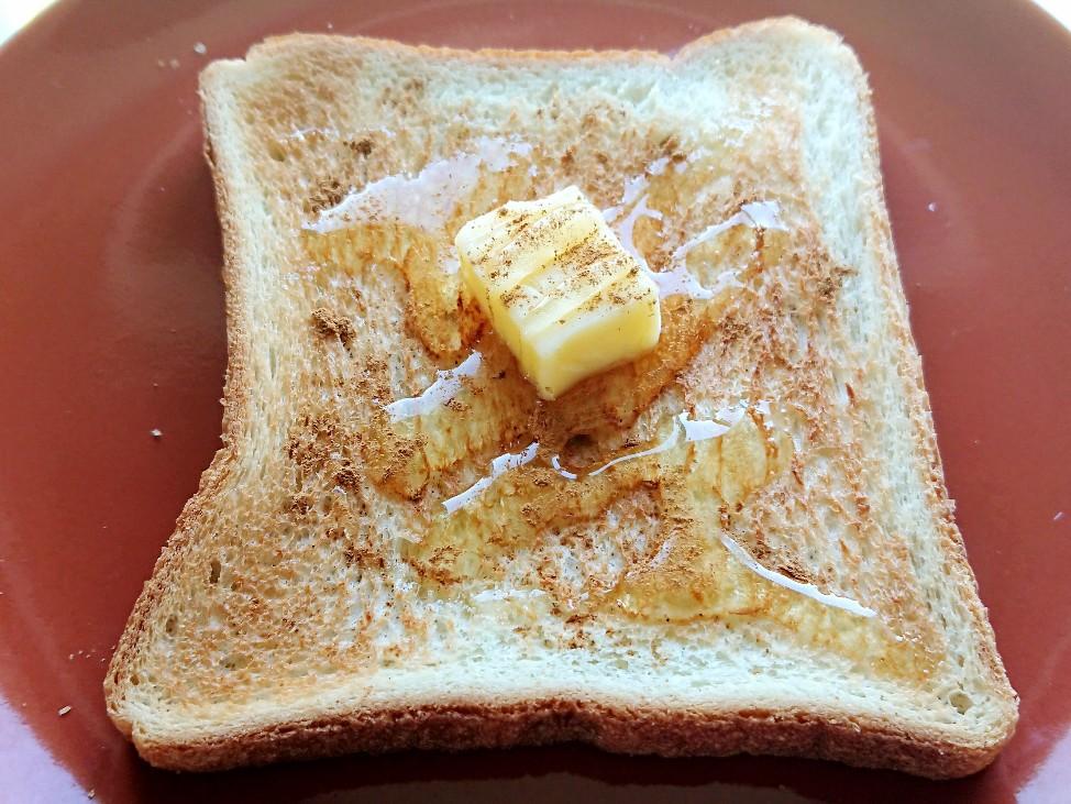 明るくくっきりしたはちみつバタートーストの写真