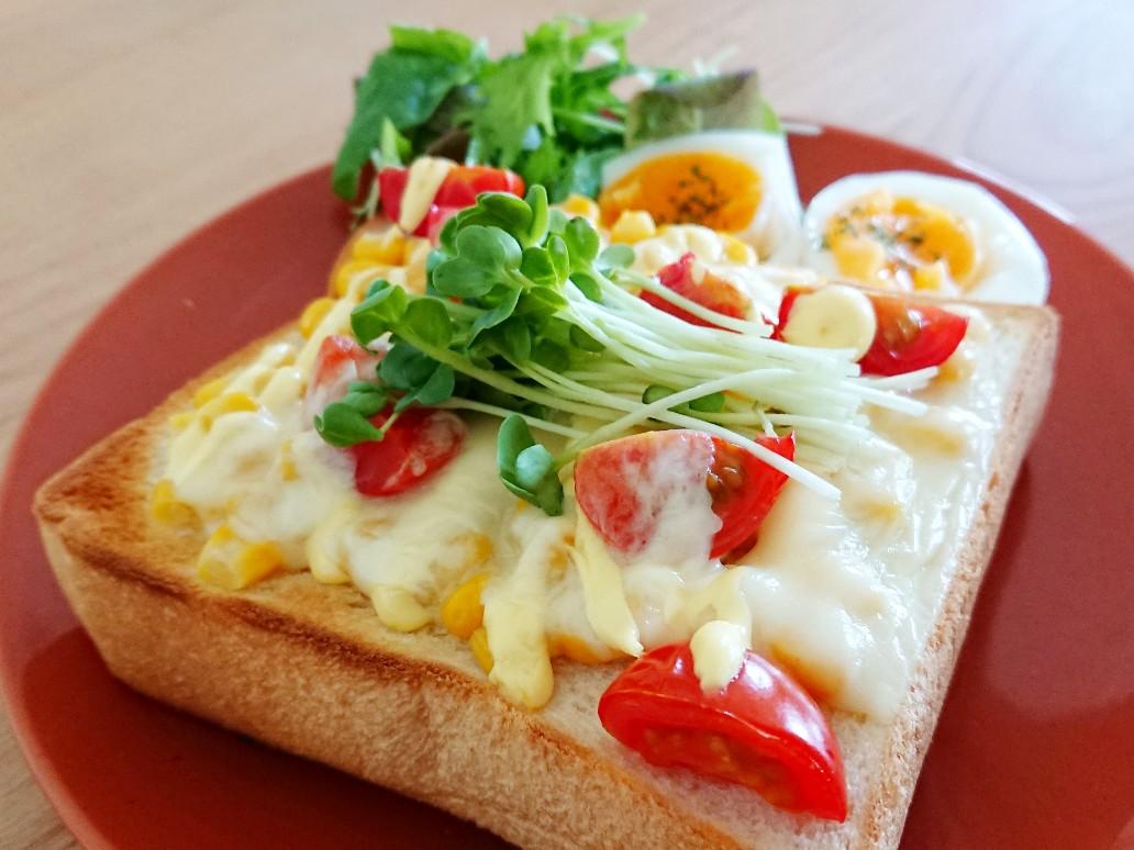 明るく鮮やかなトーストの写真