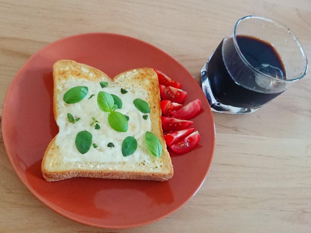 コーヒーとチーズバジルトースト