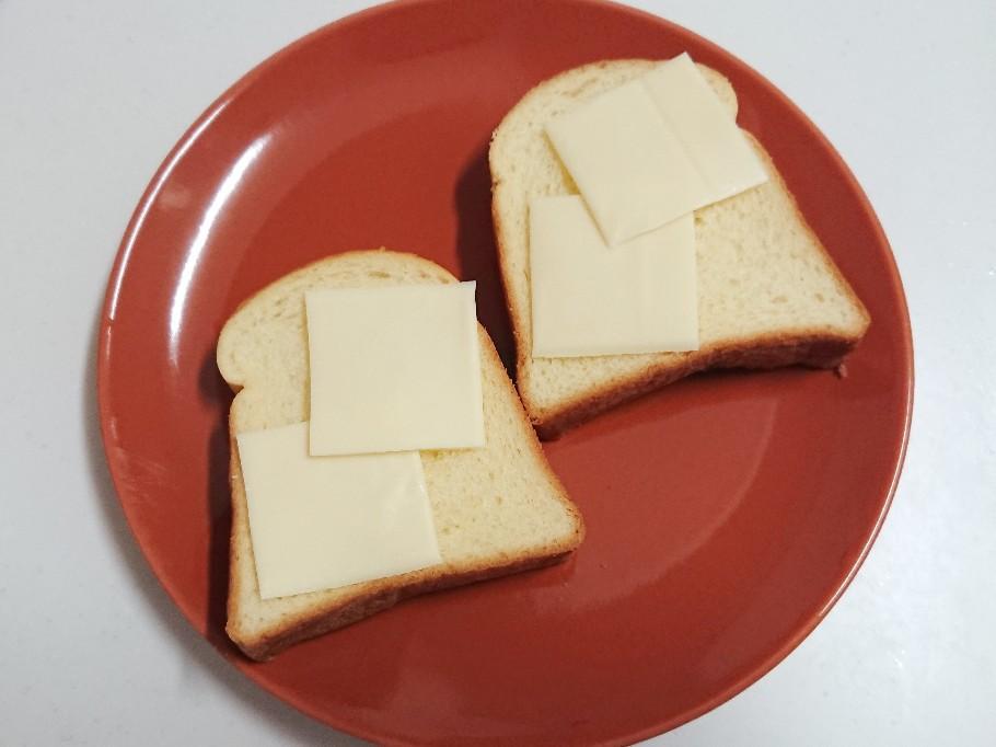 食パンの上にチーズ