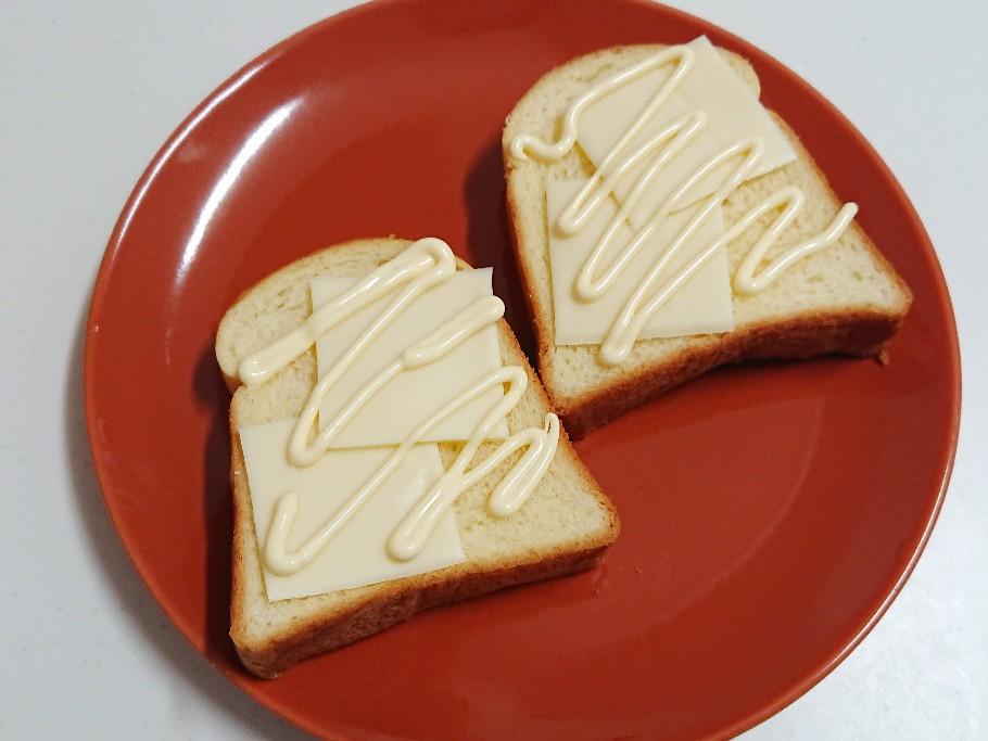 食パンにチーズとマヨネーズ