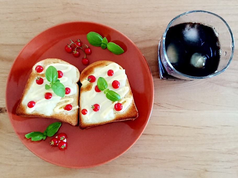 コーヒーとマイクロトマトトースト