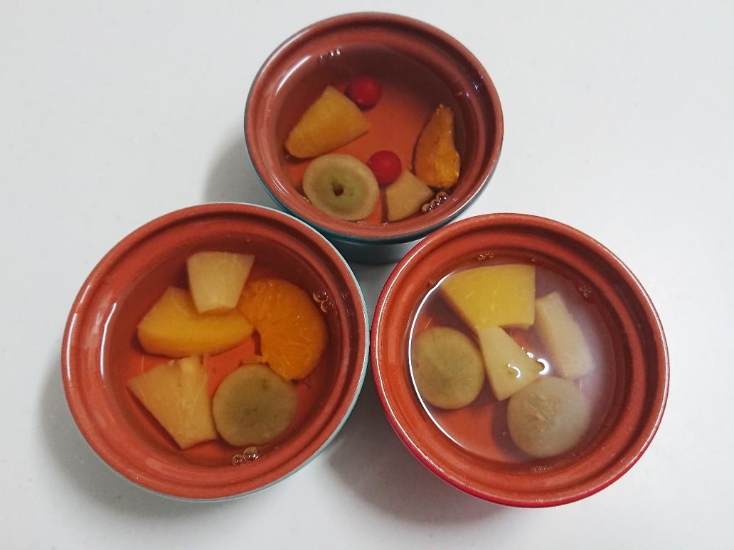 容器にゼラチンと果物を入れる