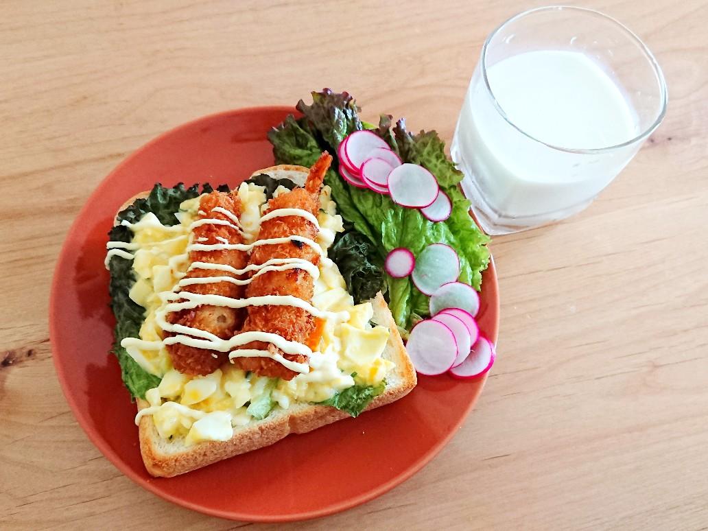 牛乳とエビフライトースト