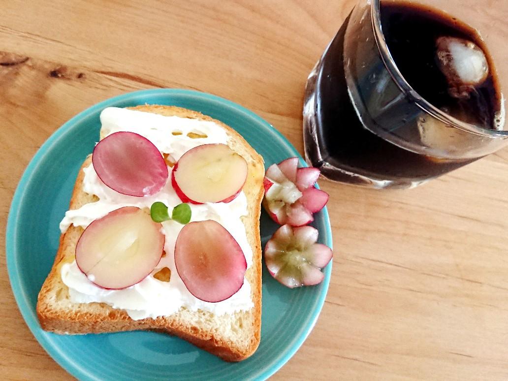 コーヒーとぶどうトースト