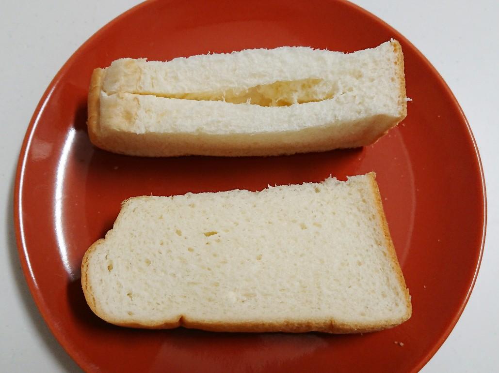 食パンを半分に切り、切り込みを入れる