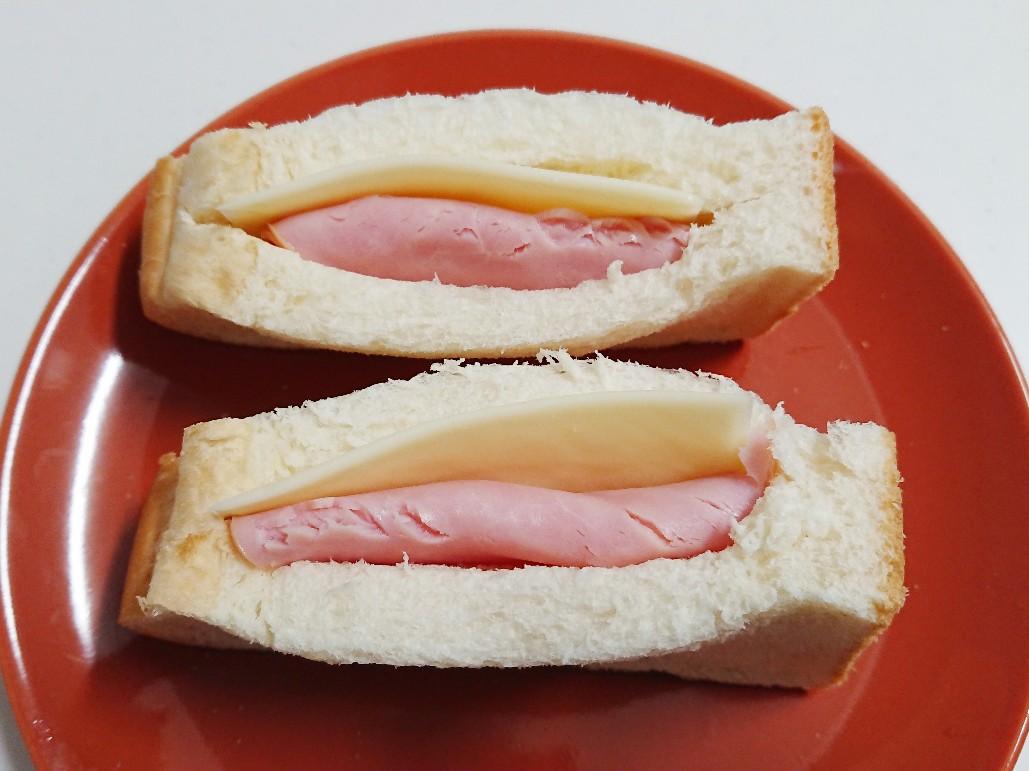 食パンの切り込みにハムとチーズを挟む